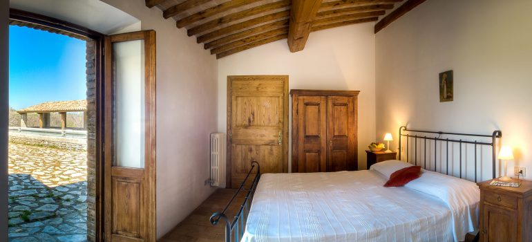 True-Umbria-Villa-Pianesante_Bedrooms_01